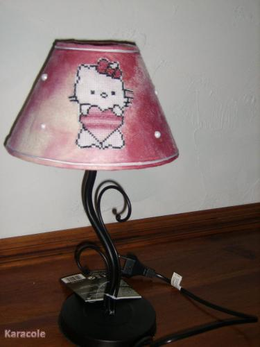 lampe hello kitty abat jour papier point de croix couture art du fil karacole loisirs. Black Bedroom Furniture Sets. Home Design Ideas