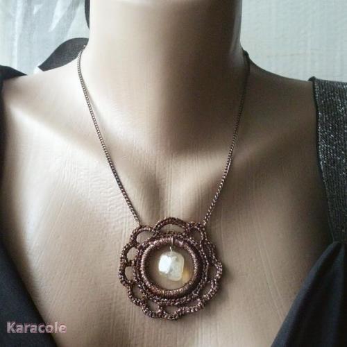 Pendentif crocheté marron crochet, pierre  Mode, bijoux, accessoires