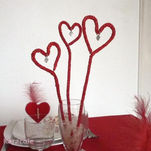 Décoration de table coeur sur tige au tricotin en fil Lumina DMC fil-Lumina-DMC, tricotin St-Valentin, déco Couture & Art du fil