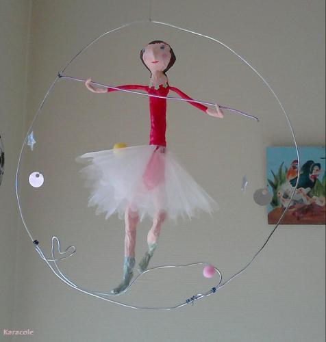 Gracile acrobate fil-de-fer, papier-maché  Home déco, modelage, bois, cadres, fleurs